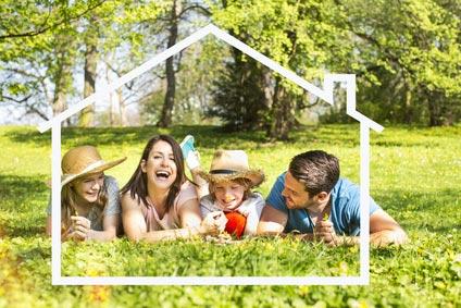 Familie im Grünen plant den Hausbau
