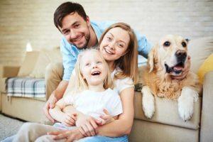 Familie in Ihren neuen Zuhause